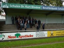 Stadtrat, beteiligte Firmen, Sponsor und Präsidium des VfL begutachten die neue Tribünenüberdachung
