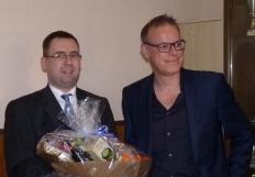 Martin Siegmann(li) erhält einen Präsentkorb für seine Verdienste als Vizepräsident Finanzen von Präsident Martin Brandt